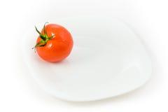 Eine Tomate in der Platte Stockfoto