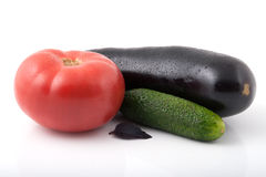 Eine Tomate, eine Aubergine und eine Gurke Lizenzfreie Stockfotos