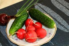 Eine Tomate, eine Gurke, Salat Stockbild