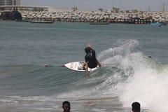 Eine touristische Brandung die Wellen in Lagos-Strand, Bewunderer schauen an stockfoto