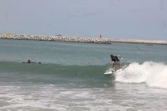 Eine touristische Brandung die Wellen in Lagos-Strand, Bewunderer schauen an stockfotos