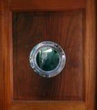 Eine Tür mit einem Hafenloch Stockfotos