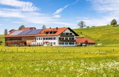 Eine traditionelle bayerische Frühlingslandschaft lizenzfreies stockbild