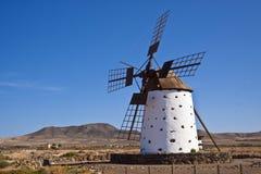 Eine traditionelle Windmühle beim Fuertaventura Stockfotos