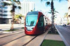 Eine Tram, die in die Straßen von Casablanca überschreitet Lizenzfreie Stockfotos