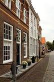 Eine typische holländische Straße in Heusden, die Niederlande Lizenzfreie Stockbilder