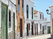 Eine typische kleine Gasse in der Kleinstadt von Arico Nuevo auf der Kanarischen Insel von Teneriffa lizenzfreie stockfotografie