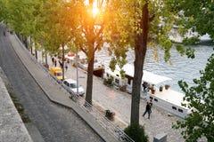 Eine typische Pariser Straße, der Damm des Flusses die Seine stockbilder