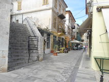 Eine typische Straße in der Mitte von te Stadt stockbilder