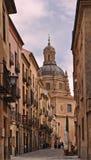 Eine typische Straße in der mittelalterlichen Stadt von Salamanca stockbild