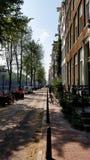 Eine typische Straße des KanalSide Amsterdam stockfotografie