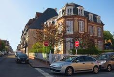 Eine typische Straßenecke in der Stadt von Deauville, Calvados Abteilung von Normandie, Frankreich Schöne Frühlingsmorgenlandscha Lizenzfreies Stockfoto