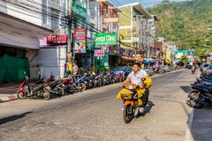 Eine typische Szene in Karon Phuket Thailand stockbild