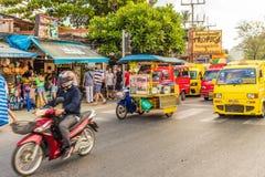 Eine typische Szene in Patong Thailand stockfotos