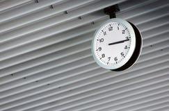 Eine Uhr auf dem Dach Stockbilder
