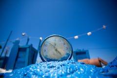 Eine Uhr in den typischen griechischen Farben Stockfotografie