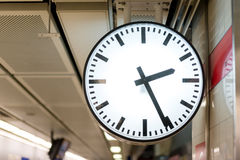 Eine Uhr in der U-Bahn Lizenzfreie Stockfotografie
