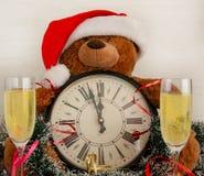 Eine Uhr mit Weihnachtsdekorationen und zwei Gläsern stockfotos