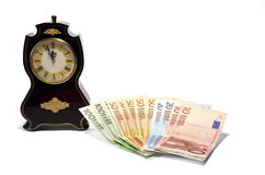 Eine Uhr und Banknoten Stockfotografie