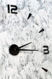 Eine ungewöhnliche Uhr auf der Wand Stockbild