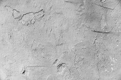 Eine unregelmäßige, raue Wand gemalt im Grau, wie einem Hintergrund stockfotos
