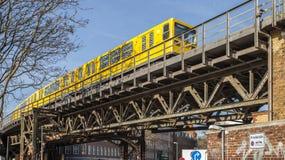 Eine Untergrundbahn auf der Eisenbrücke unter dem Arbeitsbezirk es Berlin Lizenzfreie Stockfotos