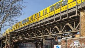 Eine Untergrundbahn auf der Eisenbrücke unter dem Arbeitsbezirk es Berlin Lizenzfreie Stockfotografie