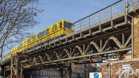Eine Untergrundbahn auf der Eisenbrücke unter dem Arbeitsbezirk es Berlin Lizenzfreies Stockbild