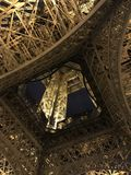 Eine Unterseitenansicht des Eiffelturms Lizenzfreie Stockfotografie