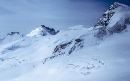 Eine ursprüngliche Ansicht des Schnees bedeckte beeindruckende Schweizer Alpen Stockbilder