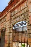 Eine verfallene Hausfassade mit Eisentor in Puerto Plata, dominikanisch lizenzfreie stockbilder
