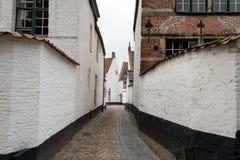 Eine verlassene schmale Straße im Beguinage Kortrijk Lizenzfreies Stockfoto