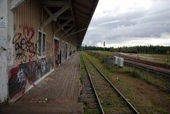 Eine verlassene Station mit Graffiti Stockbild