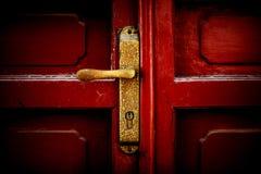 Eine Verriegelung in der roten Tür der Universität von Peking. Stockbild