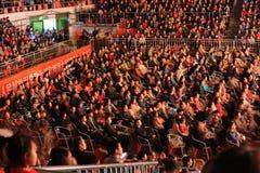 Eine Versammlung vieler Leute im Publikum-theFamous und im classicconcert stockfotos