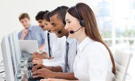Eine verschiedene Geschäftsgruppe in einem Kundenkontaktcenter lizenzfreies stockfoto