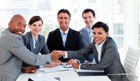 Eine verschiedene Geschäftsgruppe, die ein Abkommen schließt Stockfotografie