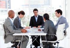 Eine verschiedene Geschäftsgruppe, die einen Haushaltsplan behandelt Lizenzfreies Stockfoto