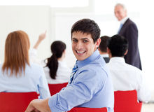 Eine verschiedene Gruppe Geschäftsleute bei einer Konferenz lizenzfreie stockbilder