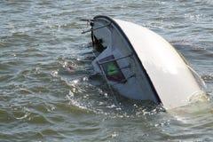 Eine versunkene Yacht Lizenzfreies Stockfoto