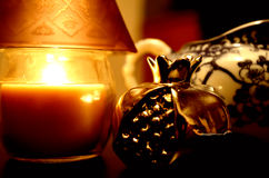 Eine vertraute Ecke mit Kerze und Granatapfel Lizenzfreies Stockfoto