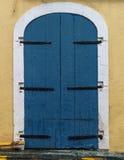 Eine verwitterte blaue Tür Lizenzfreie Stockbilder