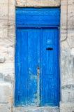 Eine verwitterte blaue Tür Die Beschaffenheit der alten Tür, die das alte PA Lizenzfreies Stockbild