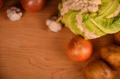Eine Vielzahl des bunten Gemüses auf gemaltem Holztisch Beschneidungspfad eingeschlossen Raum für Text Lizenzfreie Stockfotografie