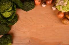 Eine Vielzahl des bunten Gemüses auf gemaltem Holztisch Beschneidungspfad eingeschlossen Raum für Text Lizenzfreie Stockfotos