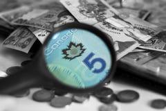 Eine Vielzahl des Papiergeldes aus verschiedenen Ländern erhöhte sich des Vergrößerungsglases lizenzfreies stockfoto
