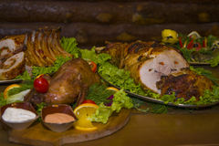 Eine Vielzahl von Fleischtellern in einer der Stangen Lizenzfreies Stockfoto