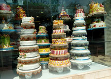 Eine Vielzahl von Kuchen im Shop Stockbilder