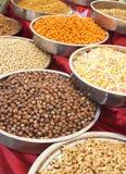 Eine Vielzahl von Nüssen in der Glasur: Erdnüsse, Haselnüsse, Kastanien, Walnüsse, Pistazie und Pekannüsse Lizenzfreie Stockfotografie