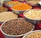 Eine Vielzahl von Nüssen in der Glasur: Erdnüsse, Haselnüsse, Kastanien, Walnüsse, Pistazie und Pekannüsse Stockfotos